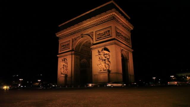 vidéos et rushes de champs elysees at night, arc de triomphe, paris, france - arc élément architectural