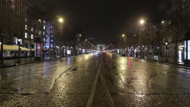 champs elysees avenue without any passerby as the new curfew begins in france on january 16, 2021 in paris, france. france advances, on saturday... - triumphal arch stock videos & royalty-free footage
