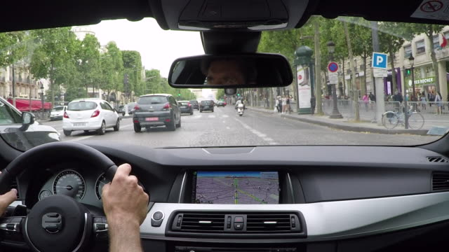 vídeos de stock, filmes e b-roll de champs elysees. inside car driving pov. - interior de carro