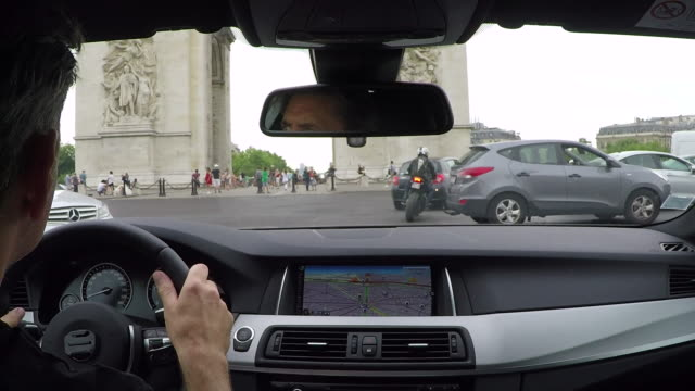 vídeos de stock, filmes e b-roll de champs elysees .inside car driving pov. - interior de carro