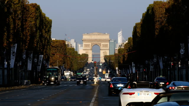 champs-élysées - avenue des champs elysees stock videos & royalty-free footage