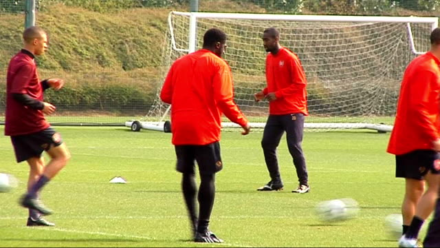 arsenal squad training; nicklas bendtner training kolo toure training more generic training shots mikael silvestre training more generic training... - silvestre bildbanksvideor och videomaterial från bakom kulisserna