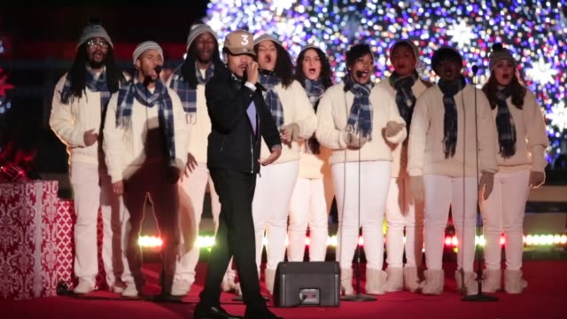 chance the rapper accompanied by howard university afro blue vocal jazz ensemble performs at the 94th annual national christmas tree lighting... - クリスマスツリー点灯式点の映像素材/bロール