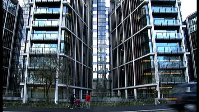 chancellor promises tax avoidance crackdown file / t19011152 london hyde park ext general view of candy brothers luxury apartment housing blocks - チャンセラー点の映像素材/bロール