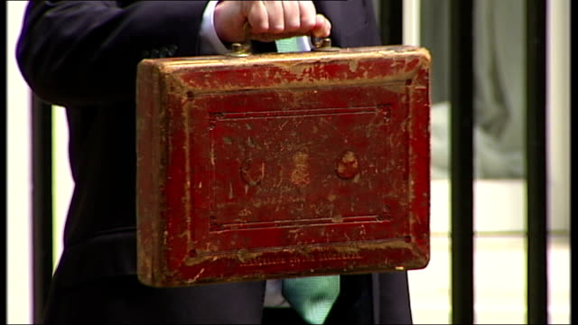 chancellor promises tax avoidance crackdown lib / 2262010 photography *** osborne posing outside number 11 with red budget box osborne posing with... - チャンセラー点の映像素材/bロール
