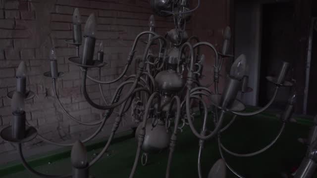 vídeos de stock e filmes b-roll de chandelier on pool billiards table in old abandoned mansion stately home - abandonado