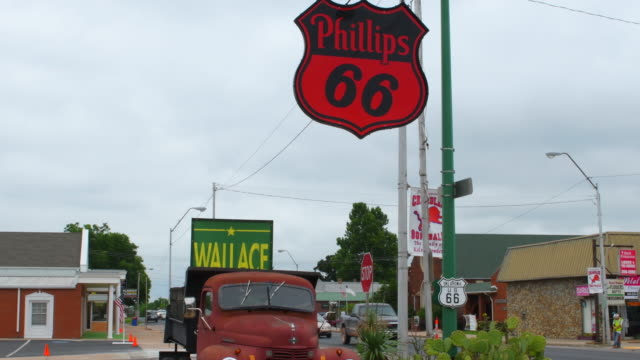 vidéos et rushes de chandler oklahoma old historical route 66 old phillips 66 gas station and 50s rusted truck kicks on route 66 - route 66