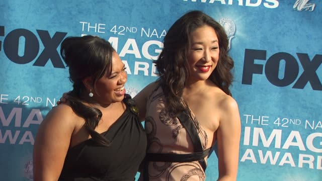 vidéos et rushes de chandra wilson and sandra oh at the 42nd naacp image awards at los angeles ca - sandra oh