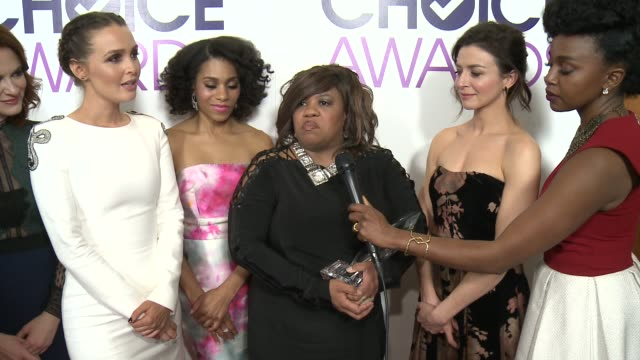 stockvideo's en b-roll-footage met interview chandra wilson james pickens jr and the cast of greys anatomy on what this particular award means to them how they'll celebrate their win... - ensemble lid