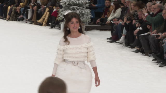 vidéos et rushes de chanel - at paris fashion week a/w 2019/20 - chanel on march 05, 2019 in paris, france. - penélope cruz