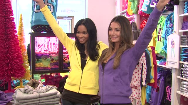 chanel iman and lily heatherton at the victoria's secret angels reveal their favorite holiday gift picks at victoria's secret pink soho at new york... - 歌手 ピンク点の映像素材/bロール