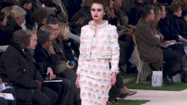 vídeos de stock e filmes b-roll de 4k runway chanel paris fashion week haute couture s/s 2019 chanel on january 22 2019 in paris france - chanel