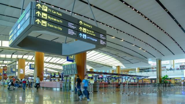 vidéos et rushes de l'aéroport changi de singapour terminal - hall d'entrée