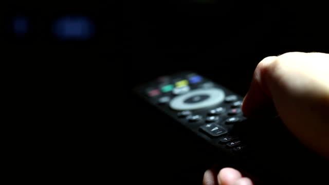 vídeos y material grabado en eventos de stock de cambiar de canal - mando a distancia