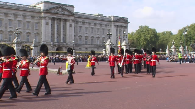 changing guard buckingham palace - buckingham stock videos & royalty-free footage