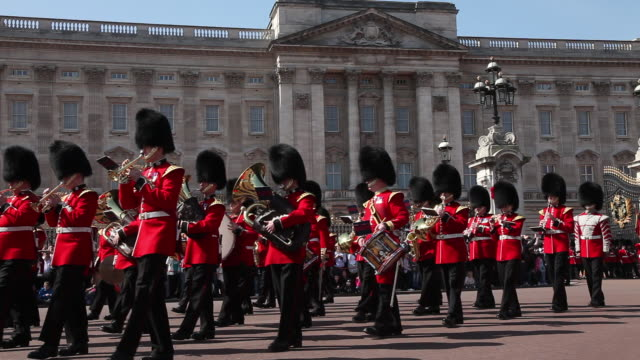 changing guards at buckingham palace, with audio - buckingham palace stock videos & royalty-free footage