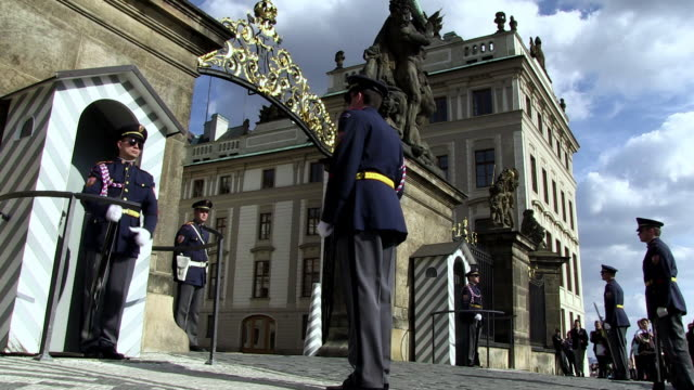 stockvideo's en b-roll-footage met ms changing of guards at prague castle / prague, hlavni mesto praha, czech republic - praagse burcht