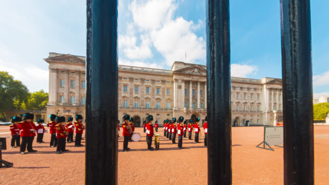 changing of the guard at buckingham palace in london. - 近衛兵点の映像素材/bロール