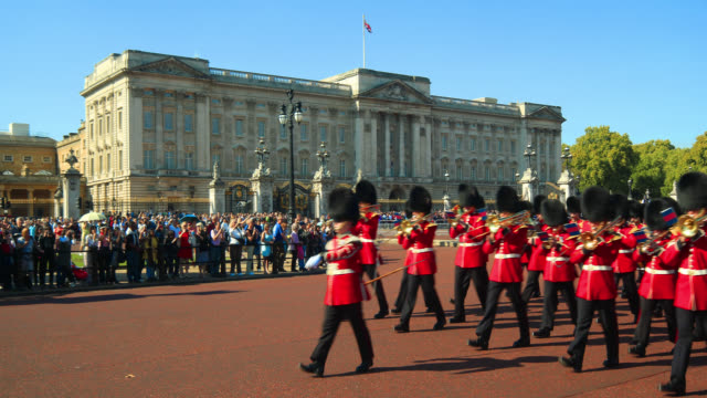 vídeos de stock, filmes e b-roll de changing of the guard at buckingham palace in london. - realeza britânica