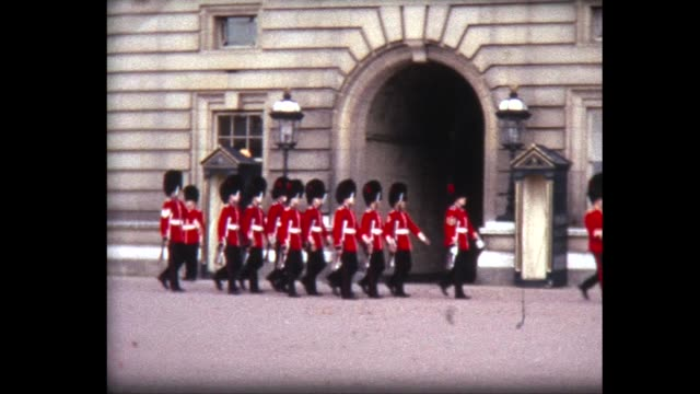 vídeos de stock, filmes e b-roll de 1966 changing of the guards at buckingham palace - realeza