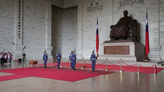 changing of the guards, cks memorial hall, taipei, taiwan - chiang kaishek memorial hall stock videos & royalty-free footage