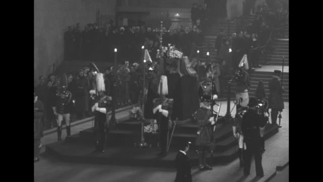 stockvideo's en b-roll-footage met changing of the honor guard around coffin as king george vi lies in state at westminster hall / close up of coffin / various shots of changing of... - opgebaard liggen