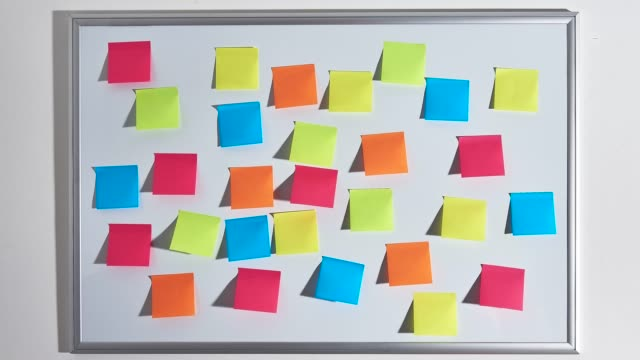 vídeos de stock e filmes b-roll de changing pattern of colorful sticky notes. - papel adesivo