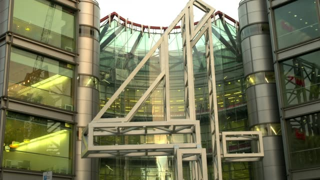 Channel 4 chooses Leeds for new headquarters ENGLAND London EXT General views of Channel 4 Headquarters building Jon Snow and Matt Frei in Channel 4...