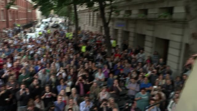 vídeos de stock e filmes b-roll de look at leadership race t09081505 / london woman holding baby kissing jeremy corbyn on the cheek jeremy corbyn on top of fire bridges union platform... - democracia