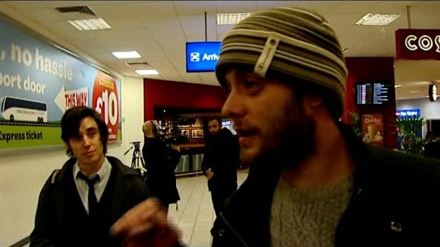 vídeos de stock, filmes e b-roll de channel 4 news review of the year t01011426 / tx luton airport int victor spiresau interview sot - channel 4 news