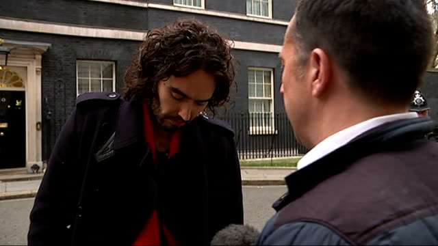 vídeos de stock, filmes e b-roll de channel 4 news review of the year t01121412 / tx russell brand interview sot calling reporter a snide - channel 4 news
