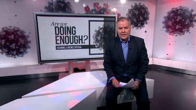 vídeos y material grabado en eventos de stock de channel 4 news special: coronavirus: are we doing enough?; england: london: gir: reporter to camera - reportaje imágenes
