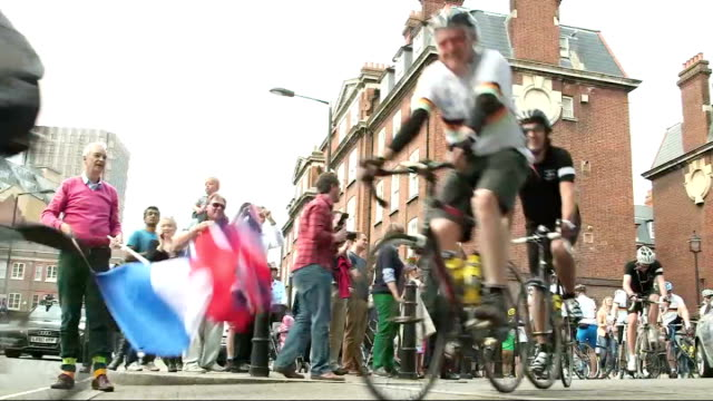 vídeos de stock, filmes e b-roll de channel 4 news team on charity cycle ride england london ext channel 4 news presenter jon snow waving union jack flag and french flag to start... - channel 4 news
