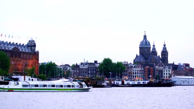 vidéos et rushes de au crépuscule du canal dans le centre de amsterdam pays-bas - canal eau vive