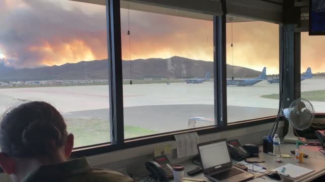 channel islands air national guard station, california accomplished 4 retardant drops between november 13-14, 2018 over the woolsey fire, california. - evakuierung stock-videos und b-roll-filmmaterial