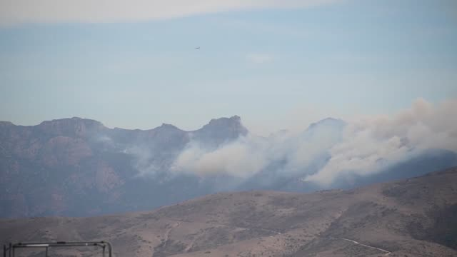 channel islands air national guard station california accomplished 4 retardant drops between november 1314 2018 over the woolsey fire california - woolsey feuer stock-videos und b-roll-filmmaterial