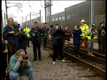 channel tunnel handover to eurotunnel; naf england: kent: folkstone cms men standing holding large symbolic chain pull out ditto with sign in front... - eurotunnel folkestone stock-videos und b-roll-filmmaterial