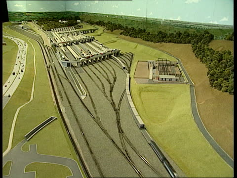 anat england kent folkestone model of channel tunnel project working tcms ditto tcs ditto ext lams train toward on track and past int train cms... - la manica video stock e b–roll