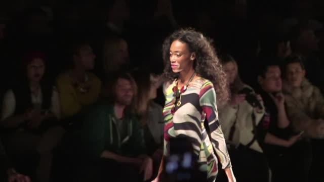 chantelle winnie esta revolucionando el mundo de la moda - winnie harlow stock videos & royalty-free footage