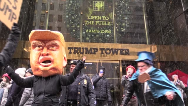 chanting 'lock him up' in snow puppet trump and fake police till the real nypd show up at trump tower - präsident stock-videos und b-roll-filmmaterial