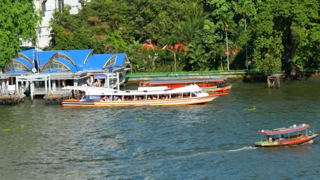 chao phraya express boat verkehrsmittel in bangkok - chao phraya delta stock-videos und b-roll-filmmaterial