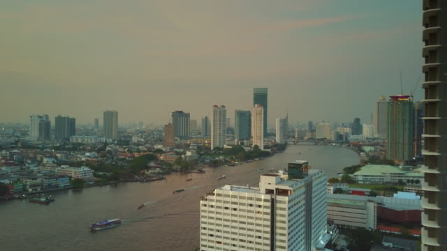 チャオプラヤ川、バンコクを空中追跡ショット - クワッドコプター点の映像素材/bロール