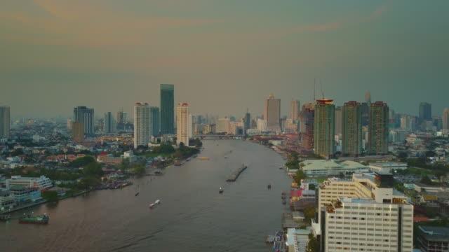 stockvideo's en b-roll-footage met chao phraya-rivier, luchtfoto tracking shot via bangkok - passagiersboot