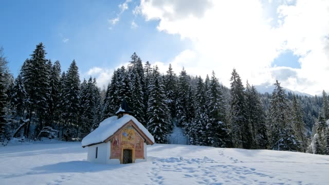 vídeos de stock, filmes e b-roll de chapel in winter, elmau, garmisch-partenkirchen, upper bavaria, bavaria, germany, european alps - montanhas wetterstein