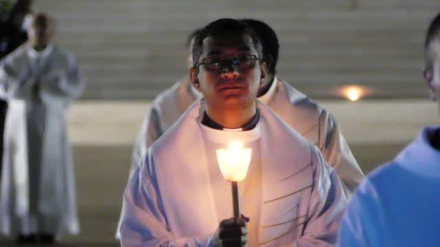 vídeos y material grabado en eventos de stock de chapel of the apparitions in cova da iria and the candles' procession in the sanctuary of fátima presided by the bishop of leiria-fátima, dom antónio... - cabalgata