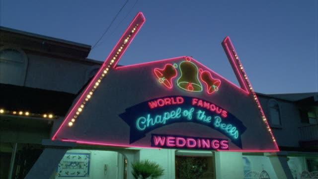 vidéos et rushes de ms 'chapel of the bells', world famous wedding chapel / las vegas, nevada, usa - mariage