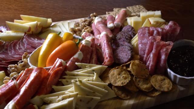テーブルに表示されたシャルキュトリーボード - ブリーチーズ点の映像素材/bロール