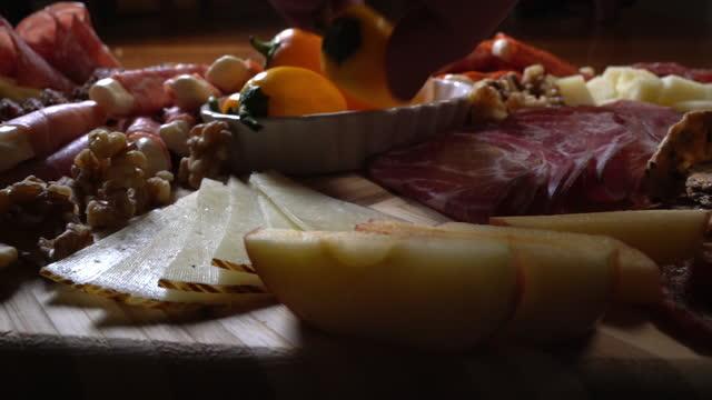 シャルキュトリーボード展示 - ブリーチーズ点の映像素材/bロール