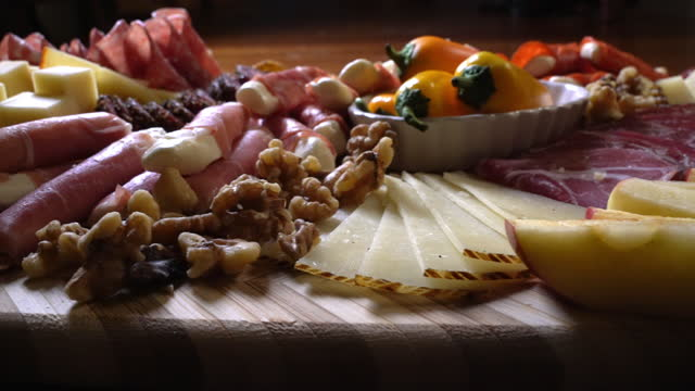 シャルキュトリー委員会がパーティーで奉仕しました - ブリーチーズ点の映像素材/bロール