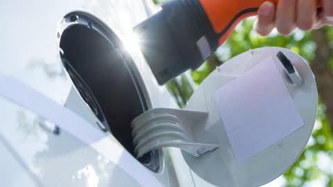 vídeos y material grabado en eventos de stock de coche eléctrico de carga y va verde - vehículo eléctrico